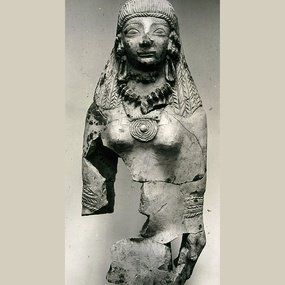 Terracotta fragmentary statue of the Cypriot goddess, exported from Cyprus to Samos. Ht.: 37 cm. Early 6th century BC. Vathy Museum (Samos).