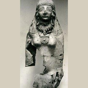 Τμήμα πήλινου ειδώλου της Κυπρίας θεάς, εισηγμένο στη Σάμο από την Κύπρο. Ύ. 37 εκ. Πρ. 6ος αι. π.Χ.. Μουσείο Βαθέος.