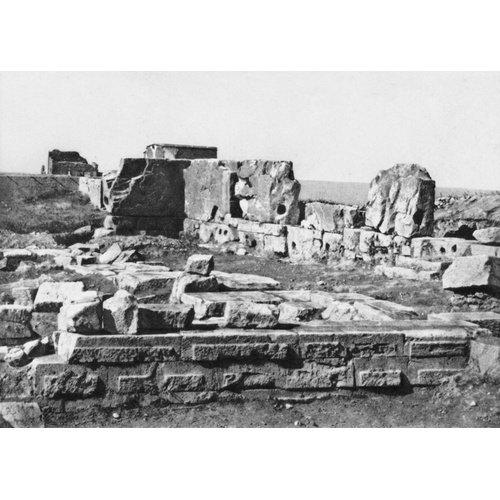 Ανασκαφές στο ιερό της Παλαιπάφου από το Cyprus Exploration Fund (1888). Φωτογραφία της νότιας πτέρυγας, λήψη από βορρά. Από Hogarth κ. ά. 1888, πίν. IX: 1).