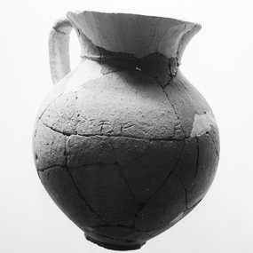 Πρωτογεωμετρική οινοχόη. Προέλευση: Τάφος 69 Νεκρόπολη Παλαίπαφος-Σκάλες. Κυπριακό Μουσείο, Λευκωσία. Xωρίς αρ. ευρ.