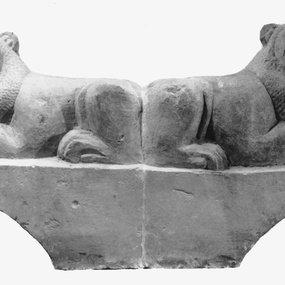 Επίστεψη επιτύμβιας στήλης με αντιθετικά λιοντάρια, από το Ιδάλιο (β΄ μισό 6ου αιώνα – αρχές 5ου αιώνα π.Χ.). Κυπριακό Μουσείο, Λευκωσία, 1941/X-6/Ia. © Τμήμα Αρχαιοτήτων Κύπρου (φωτογραφία: Τμήμα Αρχαιοτήτων Κύπρου).
