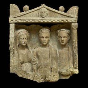 Επιτύμβιο ανάγλυφο με τρεις μορφές, από την Τρεμετουσιά (κοντά στους Γόλγους) (1ος αιώνας μ.Χ.). Βρετανικό Μουσείο, Λονδίνο, C 431. © The Trustees of the British Museum, Λονδίνο (φωτογραφία: Βρετανικό Μουσείο). Σύνδεσμος http://www.britishmuseum.org/research/collection_online/collection_object_details.aspx?objectId=464240&partId=1&searchText=C431&page=1.