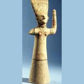 Η Κυρία του Ιερού με υψωμένα χέρια. Ύ. 36,5 εκ. 8ος-7ος αι. π.Χ.. Βρετανικό Μουσείο.