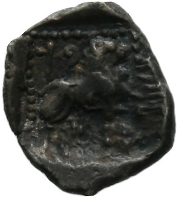 Οπισθότυπος 'SilCoinCy A1805, acc.no.: . Silver coin of king Baalmilk I of Kition 475 - 450 BC. Weight: 0.86g, Axis: 7h, Diameter: 11mm. Obverse type: Heracles head r. bearded with lion skin . Obverse symbol: -. Obverse legend: - in -. Reverse type: Lion seated r.. Reverse symbol: -. Reverse legend: bl in Phoenician. 'BMC Cyprus, A Catalogue of the Greek Coins in the British Museum, Cyprus'.